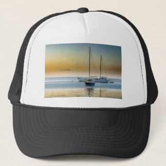 Boné por do sol do lago do mar dos barcos