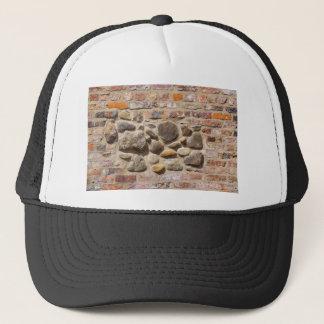 Boné Tijolo e parede de pedra