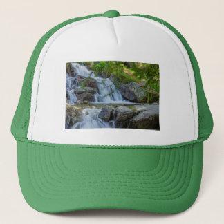 Boné um salto sparkling de uma cachoeira no chapéu do