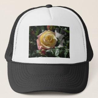 Boné Única flor do rosa amarelo no primavera