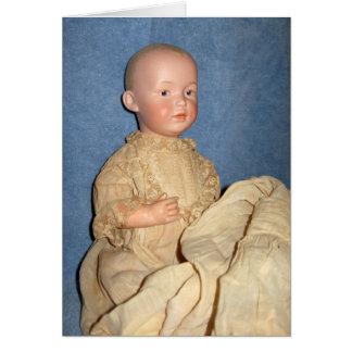 Boneca antiga no cartão do vestido do batismo
