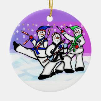 Bonecos de neve do karaté com o ornamento das