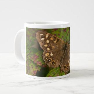 Borboleta de madeira salpicada caneca de café grande