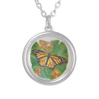 Borboleta de monarca na colar do dólar de areia