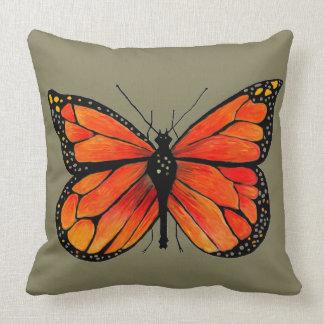Borboleta de monarca no travesseiro decorativo almofada