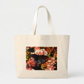 Borboleta do preto azul em flores cor-de-rosa bolsa tote grande