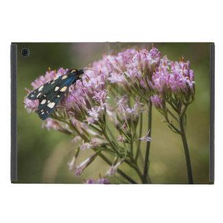 Borboleta do primavera em wildflowers capa iPad mini