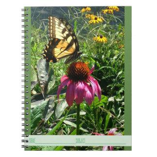 Borboleta no caderno do jardim do Wildflower