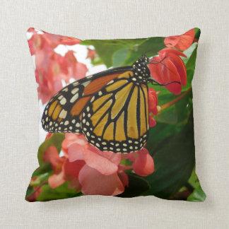 Borboleta no travesseiro vermelho das flores almofada