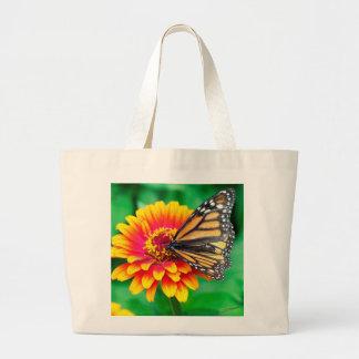 borboleta numa flor bolsa