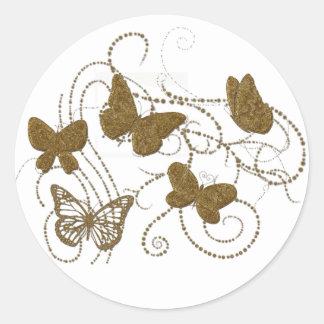 Borboletas douradas com redemoinhos dourados adesivo redondo