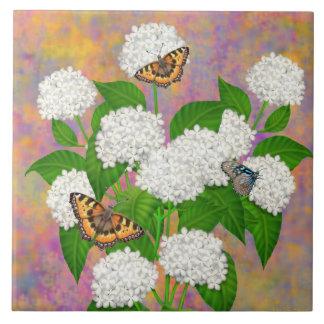 Borboletas no azulejo das flores do Hydrangea