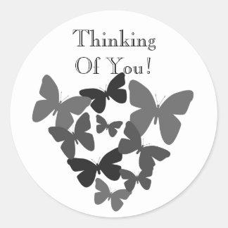 Borboletas pretas pensando de você etiqueta adesivo redondo