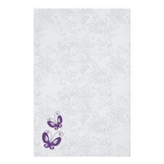 Borboletas roxas no casamento floral de prata papelaria