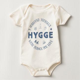 Bordadura você mesmo W. Hygge (texto azul escuro) Body Para Bebê