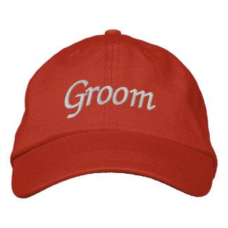 Borde o boné do chapéu   do noivo dos presentes