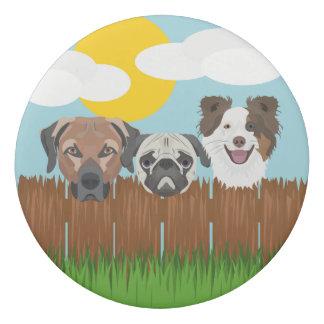 Borracha Cães afortunados da ilustração em uma cerca de