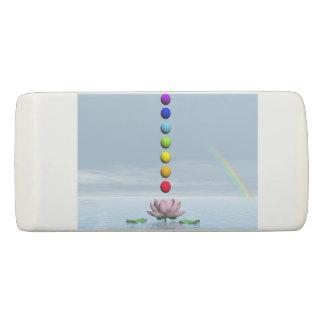 Borracha Esferas coloridas para chakras em cima do lírio