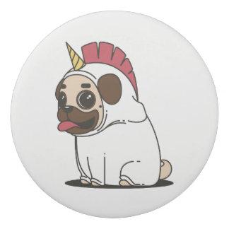 Borracha Pug de sorriso dos desenhos animados em um traje