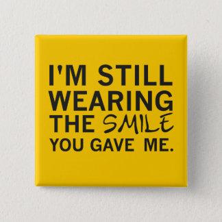 """Bóton Quadrado 5.08cm """"Ainda vestindo o sorriso você deu-me"""" o botão"""