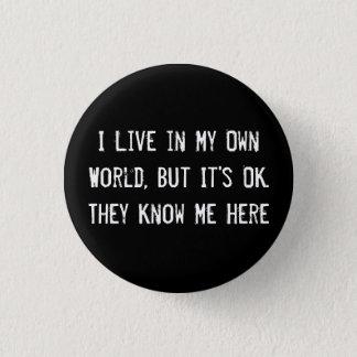Bóton Redondo 2.54cm Eu vivo em meu próprio mundo, mas é APROVADO.