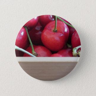 Bóton Redondo 5.08cm Beira de cerejas frescas no fundo de madeira