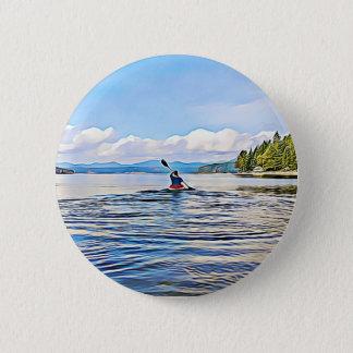 Bóton Redondo 5.08cm Canoa ou Kayaker no fundo do lago e das montanhas