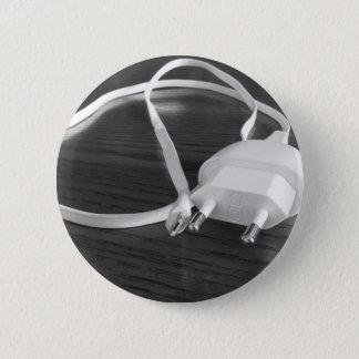 Bóton Redondo 5.08cm Carregador branco do smartphone na mesa de madeira