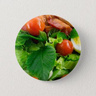 Bóton Redondo 5.08cm Detalhe de uma placa com tomates de cereja, ervas