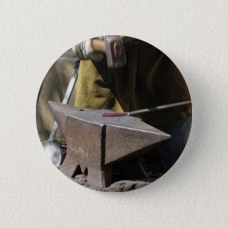 Bóton Redondo 5.08cm Ferreiro que forja manualmente o metal derretido