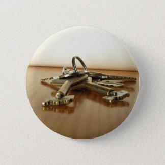 Bóton Redondo 5.08cm Grupo de chaves gastas da casa na mesa de madeira