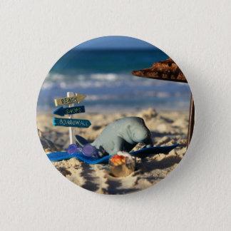 Bóton Redondo 5.08cm Manfred o peixe-boi na praia
