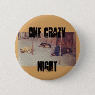 Bóton Redondo 5.08cm Um Pin louco da noite (homem e cães na terra)