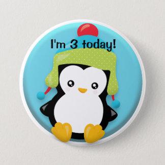 Bóton Redondo 7.62cm Pinguim bonito no verde e Red Hat no aniversário