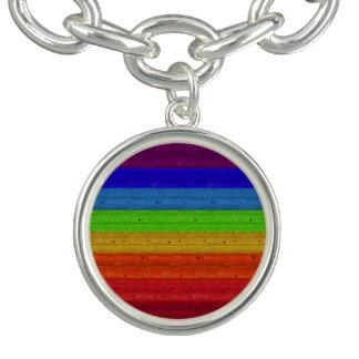 Bracelete Com Pingente Arco-íris na madeira