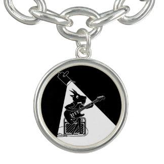Bracelete Com Pingente Cabra preto e branco que joga uma guitarra
