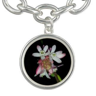 Bracelete Com Pingente Flores cor-de-rosa pequenas pelo design de KABFA
