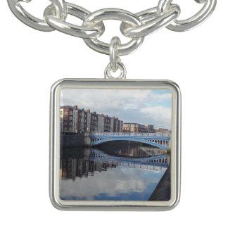 Bracelete do encanto da reflexão da ponte de