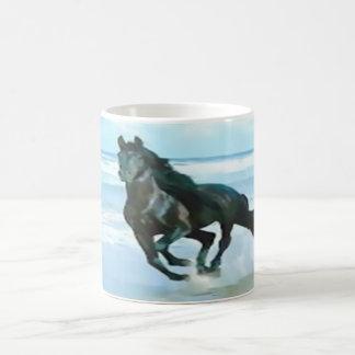 Caneca De Café branco clássico da caneca com o cavalo preto