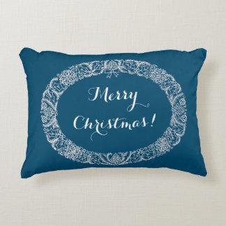 Branco na grinalda azul do Natal a personalizar Almofada Decorativa
