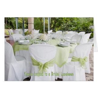 Branco nupcial bonito do almoço com verde prudente cartão