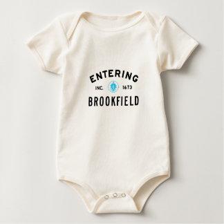 Brookfield entrando macacãozinho para bebê