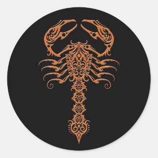 Brown e escorpião tribal do preto adesivos em formato redondos