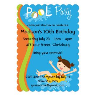 Brunette da festa na piscina convites personalizados