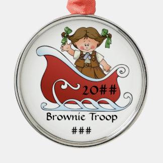 Brunette do trenó do escuteiro da brownie ornamento redondo cor prata