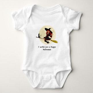 Bruxa amigável do Dia das Bruxas na camisa do bebê