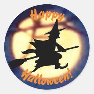 Bruxa sobre etiquetas do Dia das Bruxas da lua