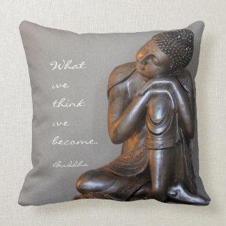 Buddha de prata calmo com palavras da sabedoria almofada