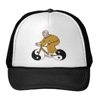 Buddha que monta uma bicicleta com as rodas de Yin Boné
