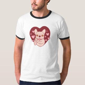 Buldogue francês que compartilha do amor e da camiseta